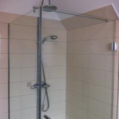 Duschkabine in der Raumecke